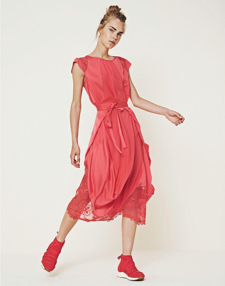 springtide: rotes kleid mit zu verknotenden bändern und drapierungen