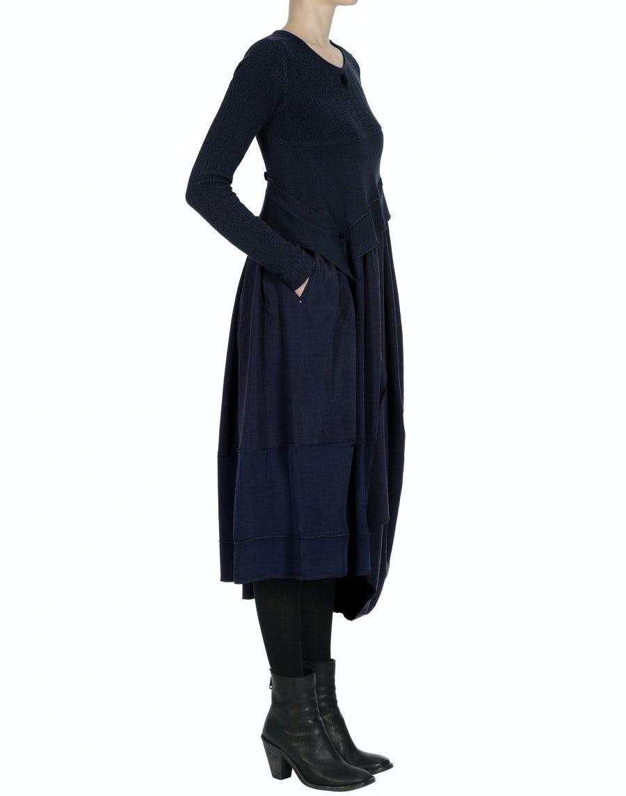WHIRLWIND: Langärmeliges Kleid in Navyblau aus verschiedenen Stoffen mit unterschiedlichen Strukturen