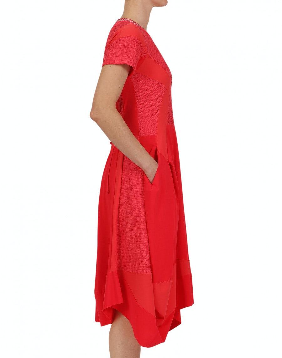 praise: rotes kleid mit mehreren paneelen und reliefpattern
