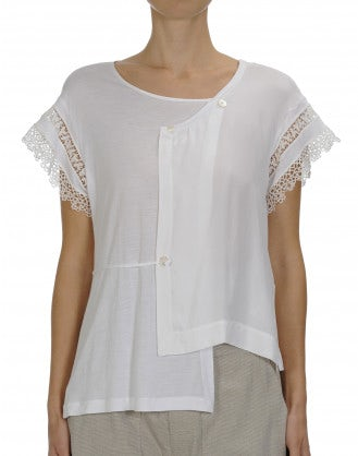 PATIENCE: Wrap-over effect tee with lace sleeves