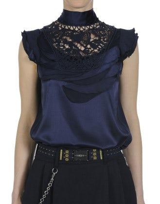EVOKE: Top a collo alto in seta blu navy con decorazione effetto petalo e pizzo