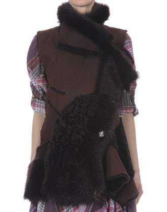 IN AWE OF: Gilet color mora in pelliccia, shearling e pelle