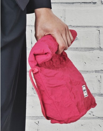 CHARMING: Fuchsia malleable pouch bag