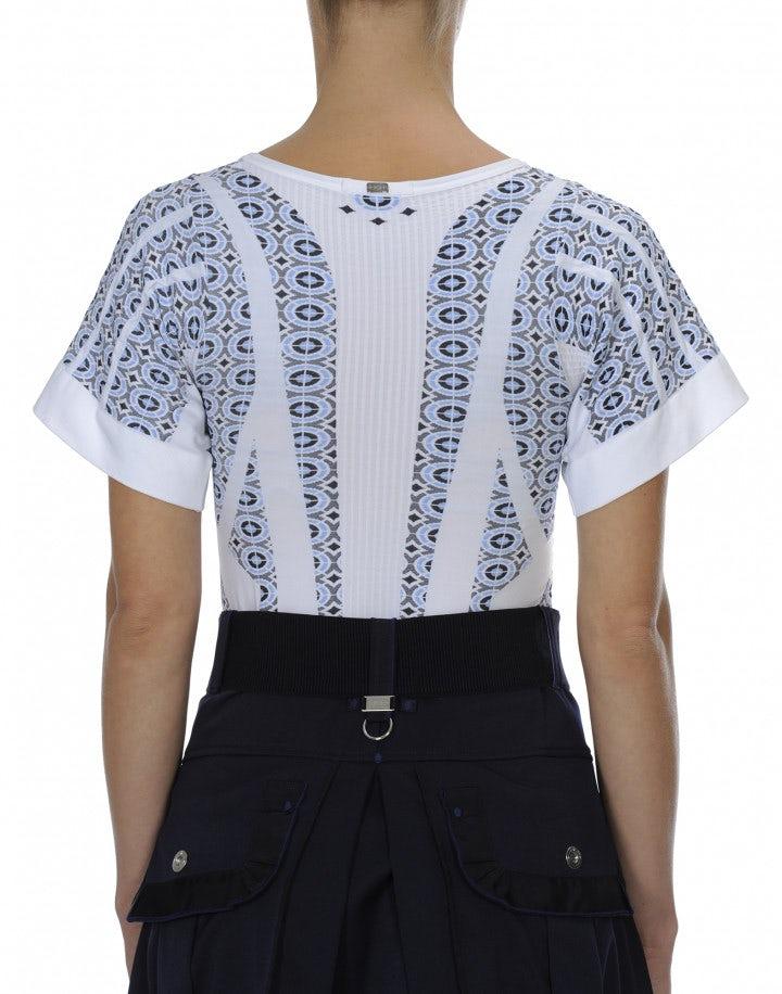 SCULPT: T-shirt in maglia tecnica con motivi geometrici blu navy e azzurri su fondo bianco